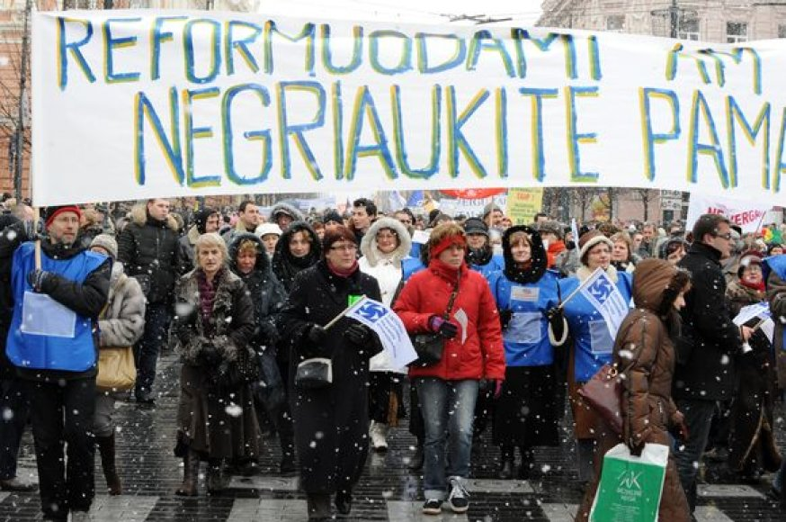Mitinguotojai su plakatais išėjo į gatves.