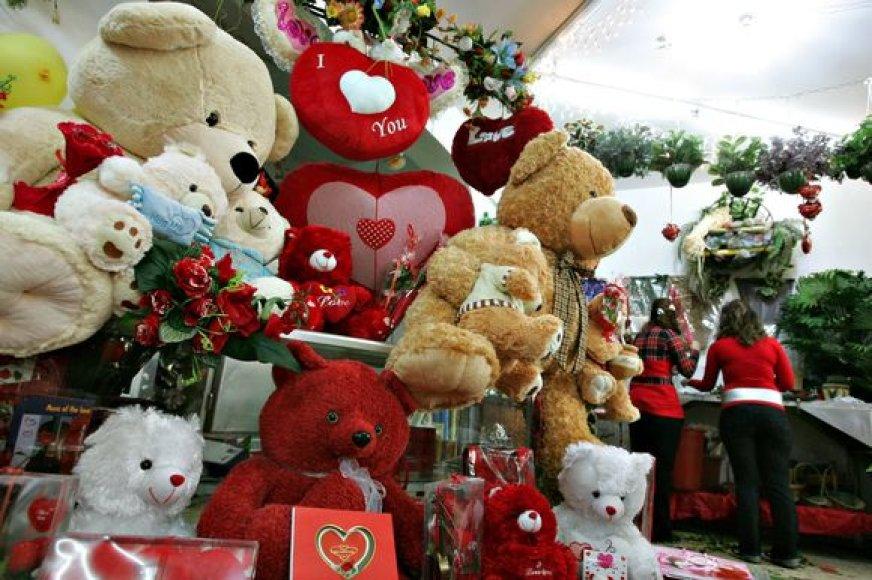 Parduotuvių vitrinos nukrautos Valentino dienai skirtais žaislais.