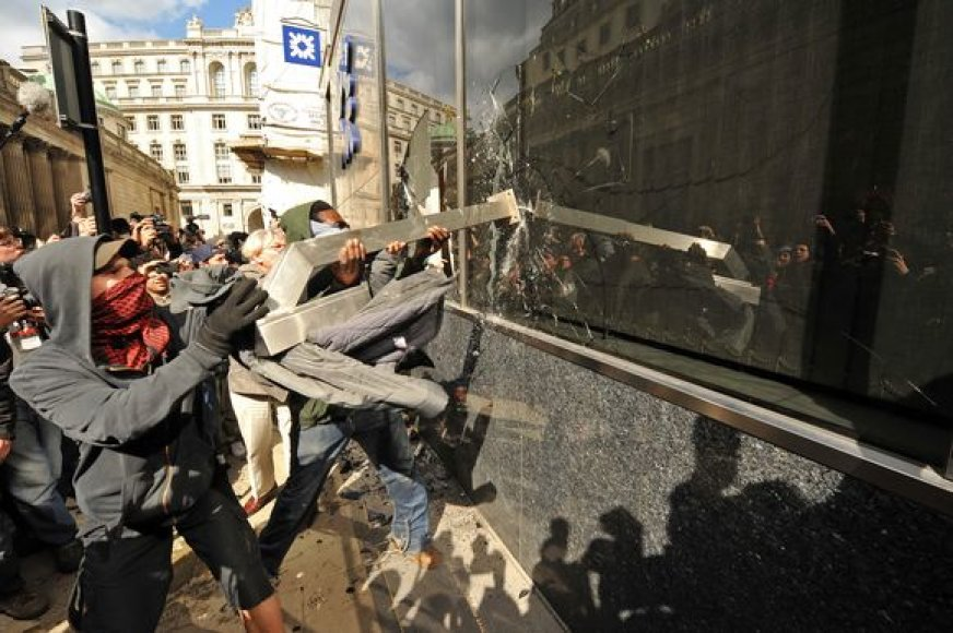 Veidus prisidengę vyriškiai daužė vieno iš bankų langus.