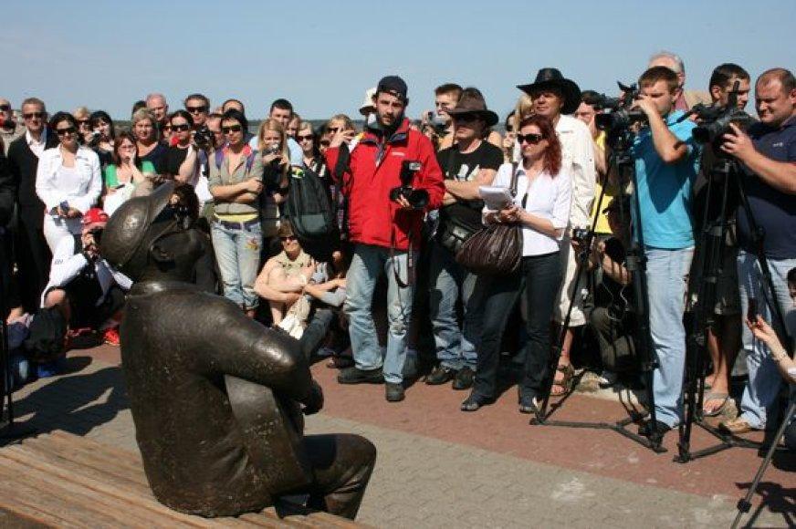 Į V.Kernagio skulptūros atidengimą susirinko gausybė žmonių.