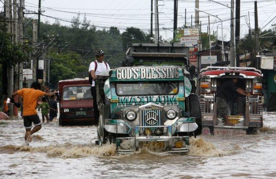 Žmonės vėl buvo priversti gelbėtis nuo potvynių ir palikti savo namus.