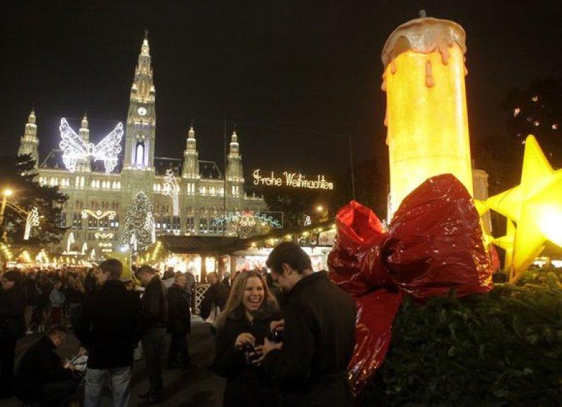 """Miesto gyventojai ir svečiai smagiai leidžia laiką """"Vienos kalėdinėje mugėje"""" prie miesto Rotušės."""