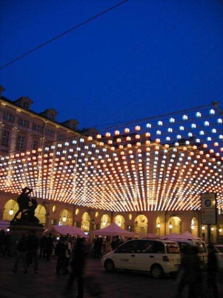 """""""Šie žibantys kubeliai apšviečia mieste veikiantį kalėdinį turgelį,"""" – iš Turino (Italija) rašo 15min.lt skaitytoja Gelmina."""