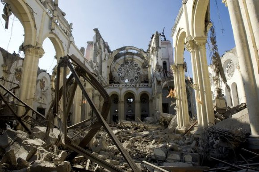 Per žemės drebėjimą sugriauta Port o Prenso katedra.