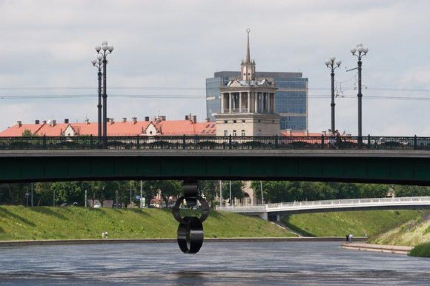 """Po Žaliuoju tiltu kabanti skulptūra """"Grandinė"""" vaizduoja laisvės kovų netektis. Tai tautos, atlaikiusios okupacijas, tremtis, genocidą, tvirto tikėjimo ženklas."""