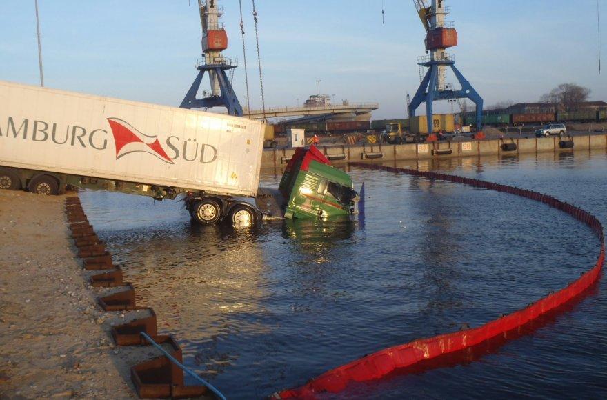 Nojaus nuotr. /Klaipėdoje į marias uoste įkrito sunkvežimis.