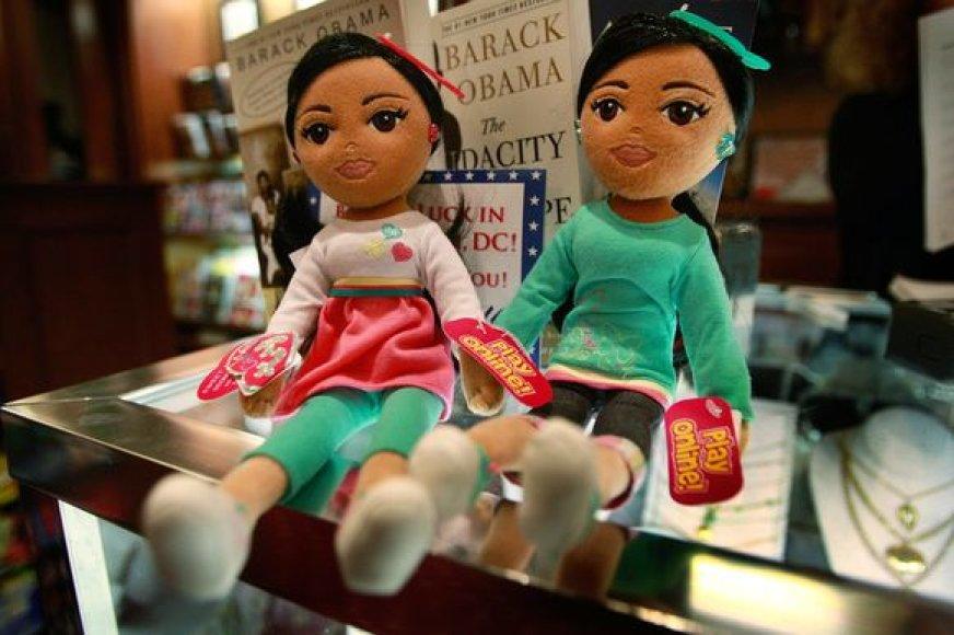 Obamos dukterys jau paverstos lėlėmis.