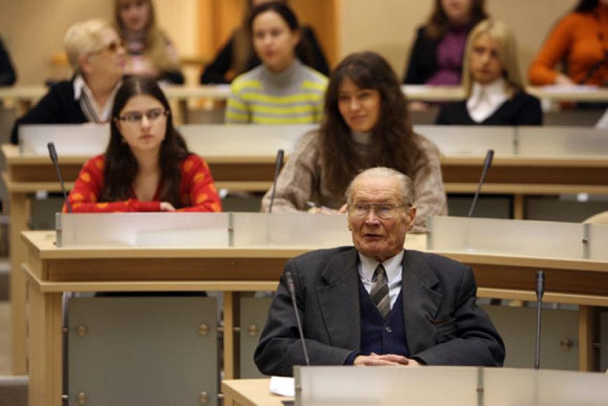 Rašyti Nacionalinio diktanto susirinko įvairaus amžiaus žmonės, 2009-01-24.