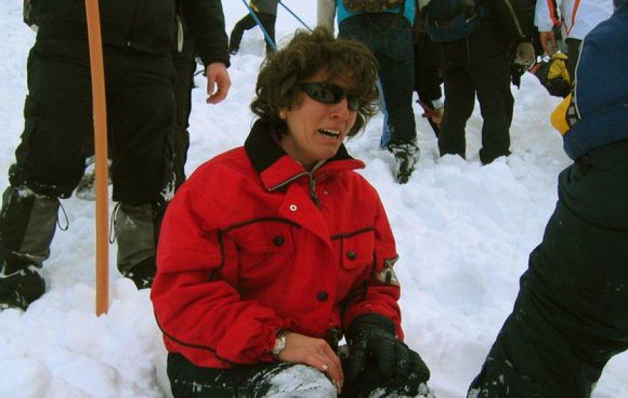 Moteris, išgyvenusi po sniego griūties Turkijos kalnuose, nesulaiko ašarų.