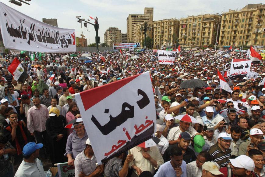 Protestuotojai susirėmė su kariškiais Kaire.