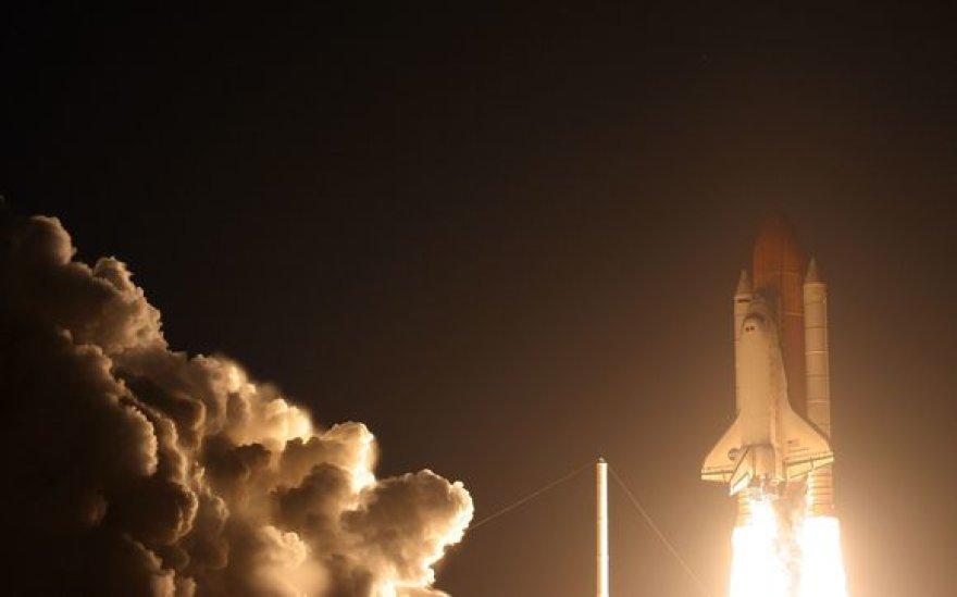 """NASA erdvėlaivis """"Discovery"""" startavo su septynių astronautų įgula."""