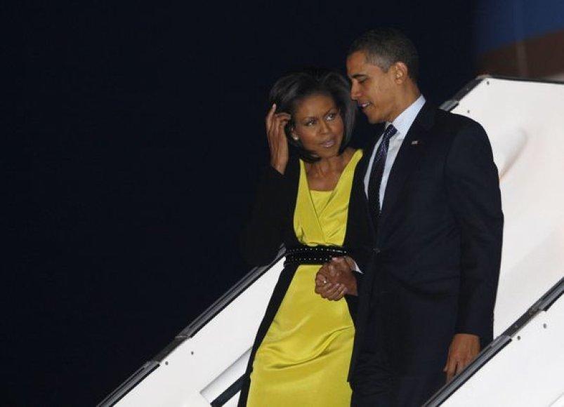 B.Obama su žmona.