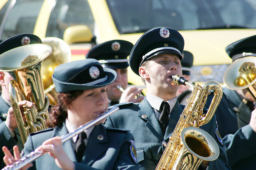 Vidurdienį prie Rotušės skambėjo Vidaus reikalų ministerijos Reprezentacinio pučiamųjų orkestro koncertas.