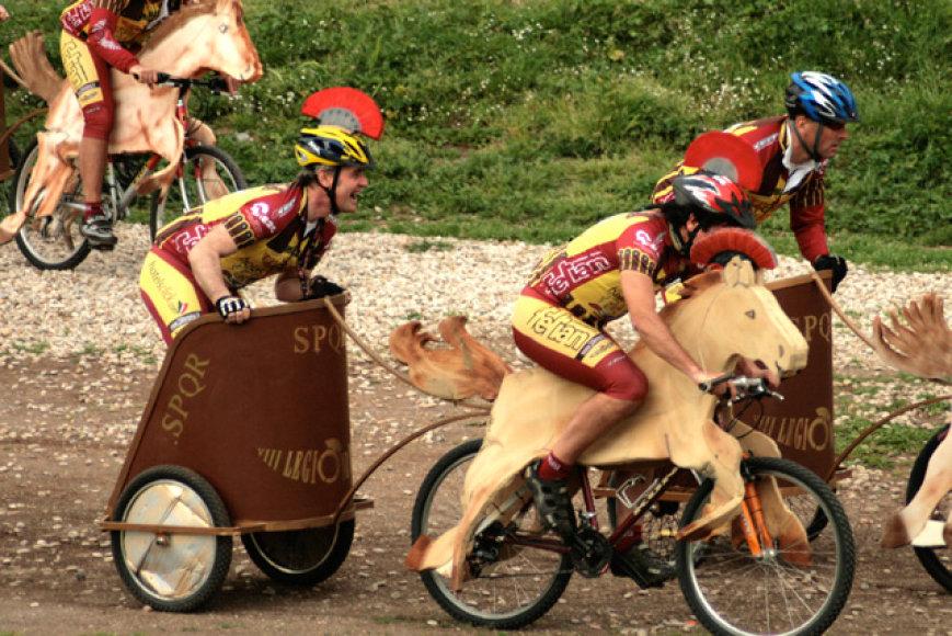 """Dviratininkai """"pasibalnojo"""" savo dviračius ir susiskirstę į dvi komandas varžėsi dėl garbės."""