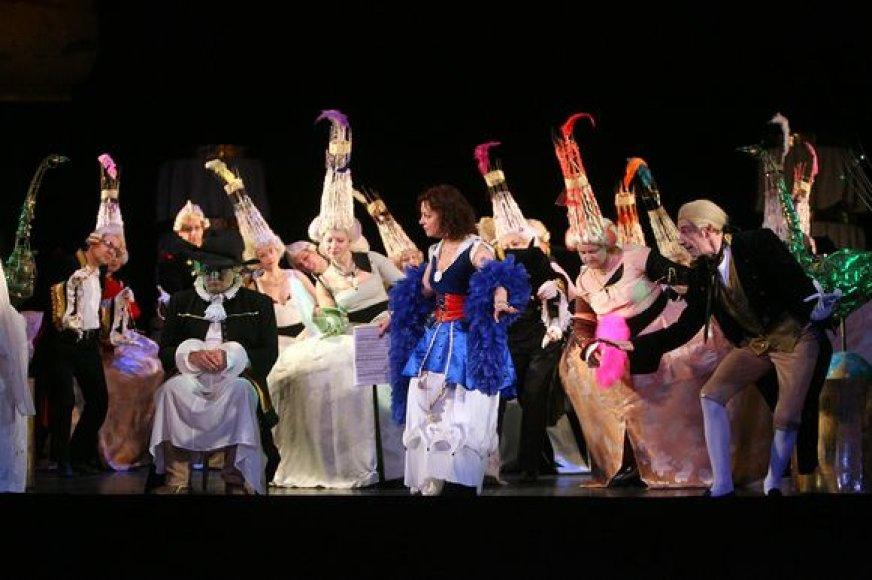 Penktadienį Kauno valstybiniame muzikiniame teatre atgimsiančią operą joje vaidinantys artistai intensyviai repetuoja. Kasdien vyksta po dvi repeticijas.