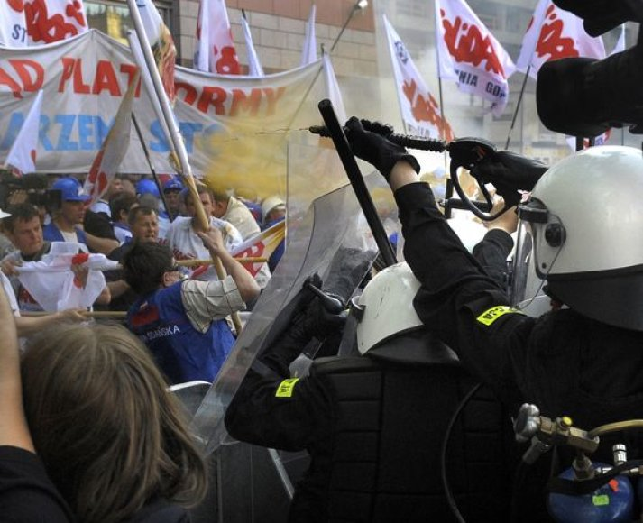 Varšuvoje darbininkai susirėmė su policija.