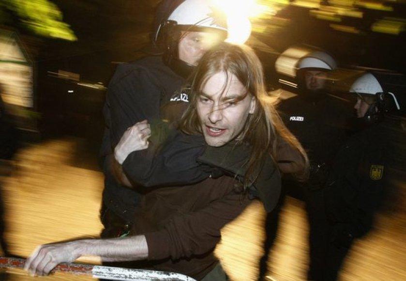 Berlyne ir Hamburge penktadienį paryčiais įvyko susirėmimai su Tarptautinės darbo dienos demonstrantais.