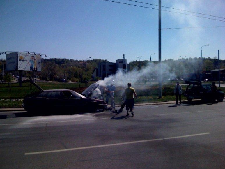 """Šeštadienį """"15min"""" skaitytojas Tomas pranešė apie Minsko žiede, Vilniuje, degantį automobilį."""