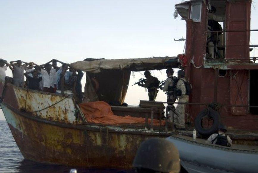 JAV laivynas Adeno įlankoje suėmė 17 Somalio piratų.