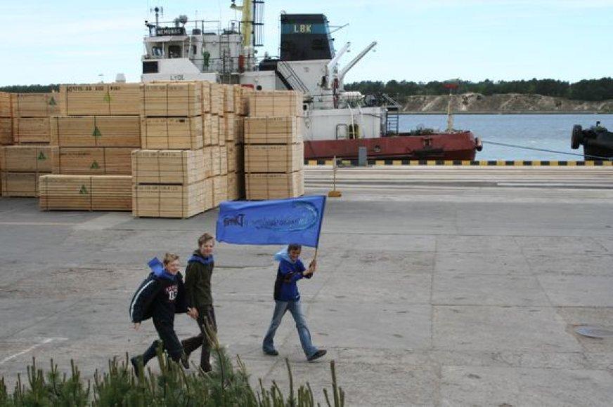 Moksleiviai su Vandenyno vėliava žygiuoja per Klaipėdos uostą.