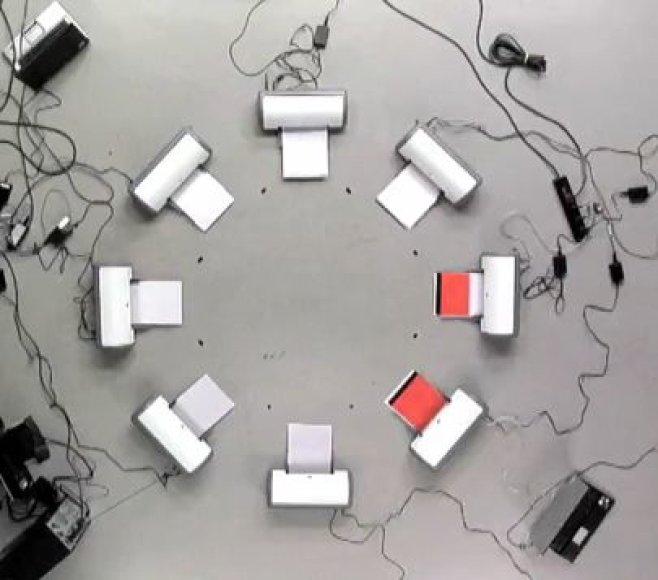 Video nufilmuoti sinchroniškai spausdinantys spausdintuvai; suderintas ne tik jų veikimas, bet ir spausdinamas turinys.