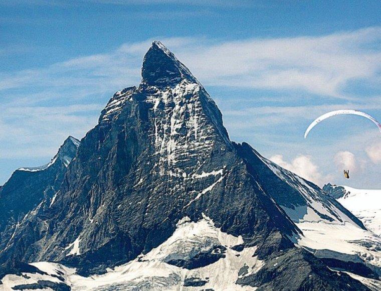 Alpės pamažu vaduojasi iš savo ledinių apdarų.