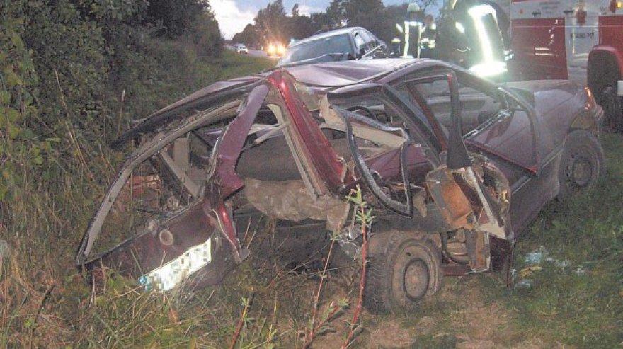 """Senutėlis """"Opel Astra"""" po tragiškos avarijos panašus į metalo laužo krūvą."""