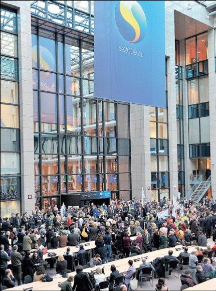Tūkstančiai streikuojančių ES tarnautojų būriavosi Europos Komisijos būstinės vestibiulyje.