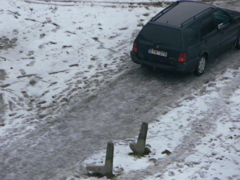 """6 pažeidėjai – 2 """"Volswagen"""", BMW, """"Audi"""", """"Mercedes"""" ir """"Mitsubishi Pajero"""", važinėję per pievas bei pėsčiųjų takus."""