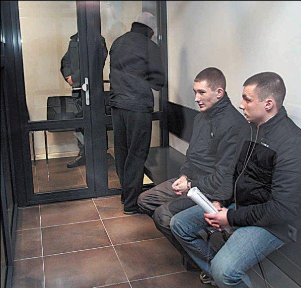 Skirtingos ne tik D.Juškai (iš kairės), M.Laurinaičiui bei E.Sobolevui skirtos bausmės, jų elgesys teisme taip pat nevienodas.