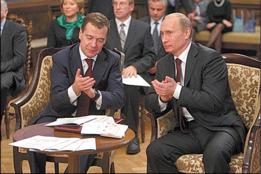Rusijos tandemas: premjeras V.Putinas (dešinėje) ir prezidentas D.Medvedevas.