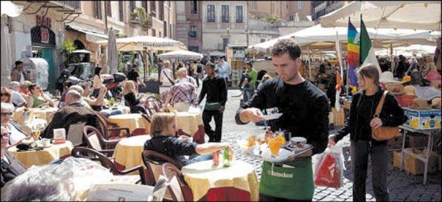 Italai pietų pertraukas leidžia kavinėse.