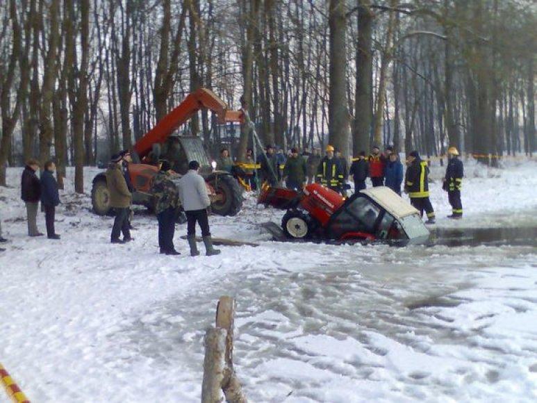 Ant tvenkinio ledo trasą automobilių varžyboms ruošęs lengvasis traktorius atsidūrė vandenyje, traktorininkas išsigelbėjo.