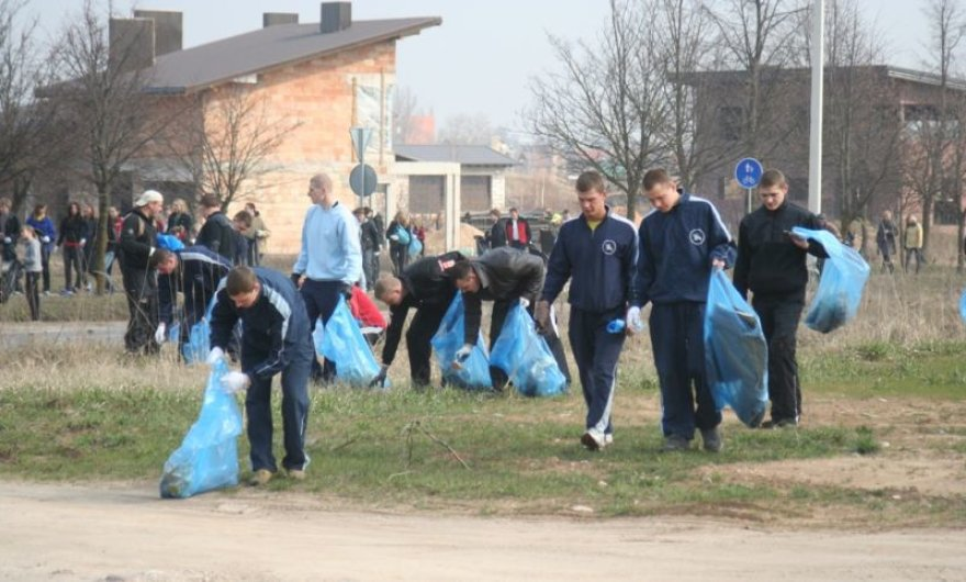 """Mindaugo bataliono kariai prisideda prie švarinimosi akcijos """"Darom 2010""""."""