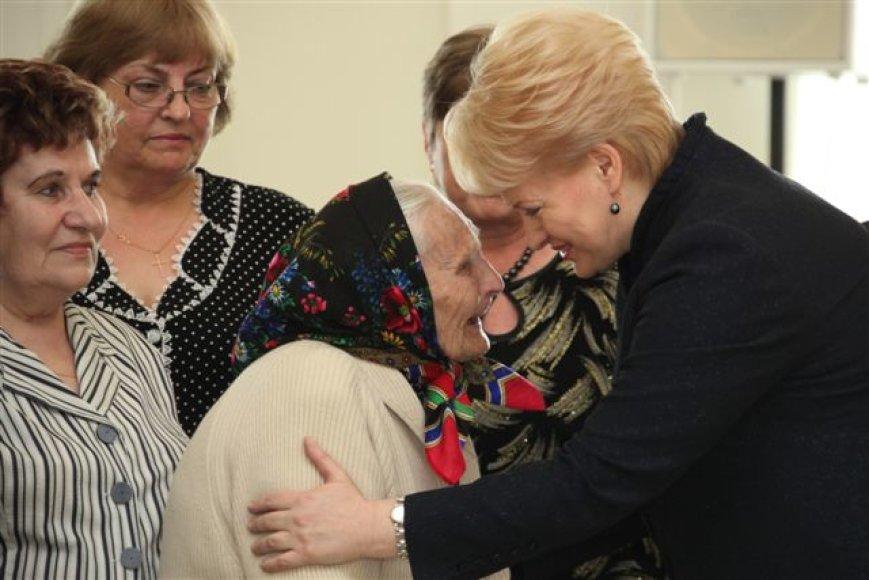 Prezidentė Dalia Grybauskaitė daugiavaikėms motinoms įteikė valstybinius apdovanojimus.