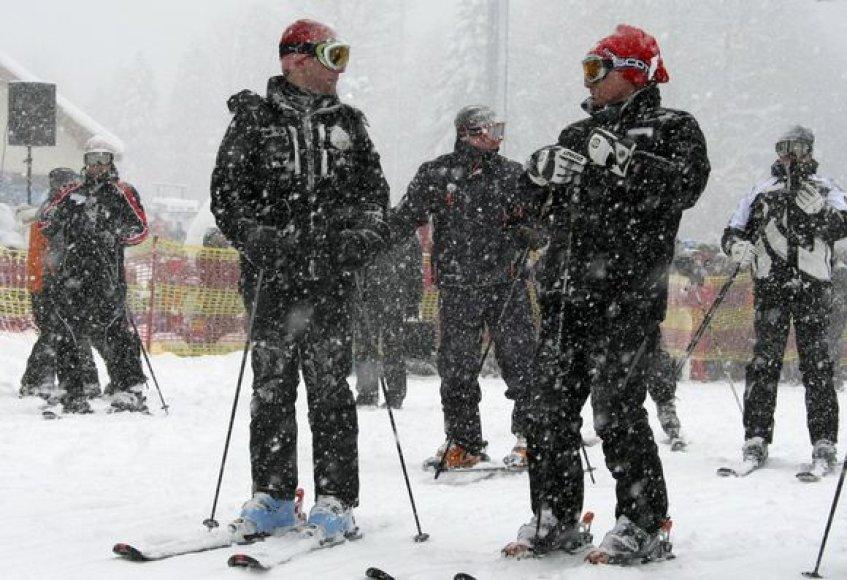 D.Medvedevas ir V.Putinas džiaugiasi žiemos linksmybėmis slidinėjimo kurorte.