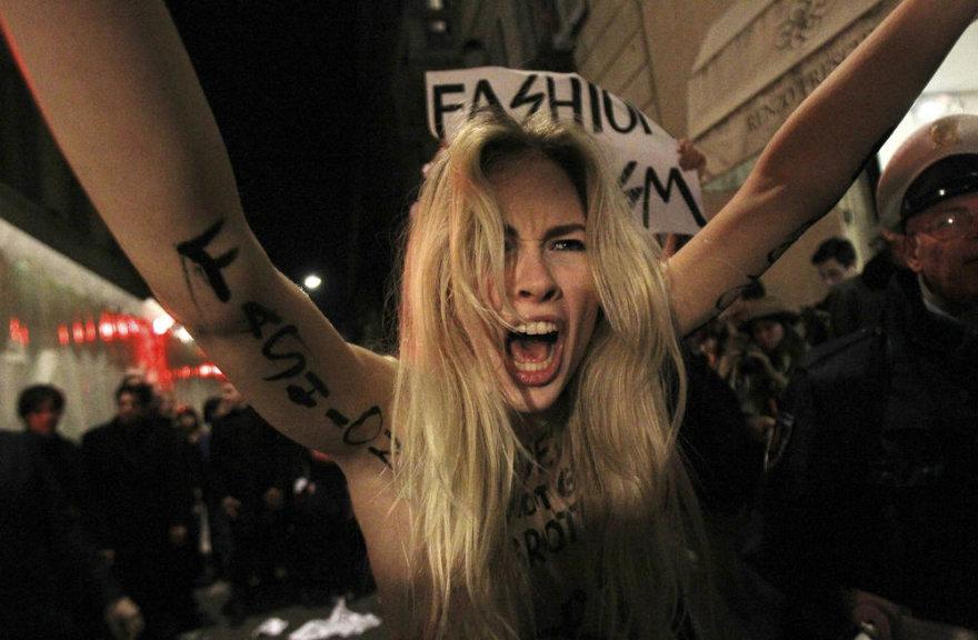 """Aktyvistės bandė sužlugdyti """"Versace"""" mados namų pristatymą."""