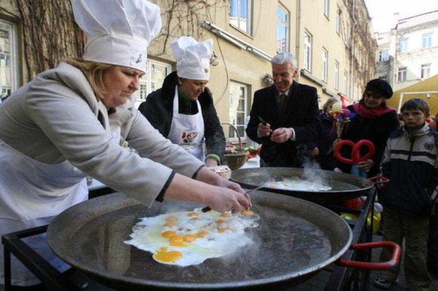 Šventėje buvo kepama rekordinio dydžio kiaušinienė.