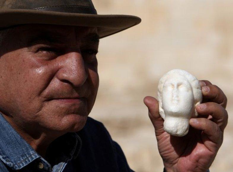 Zahi Hawassas laiko Kleopatros statulėlę iš alebrasto.