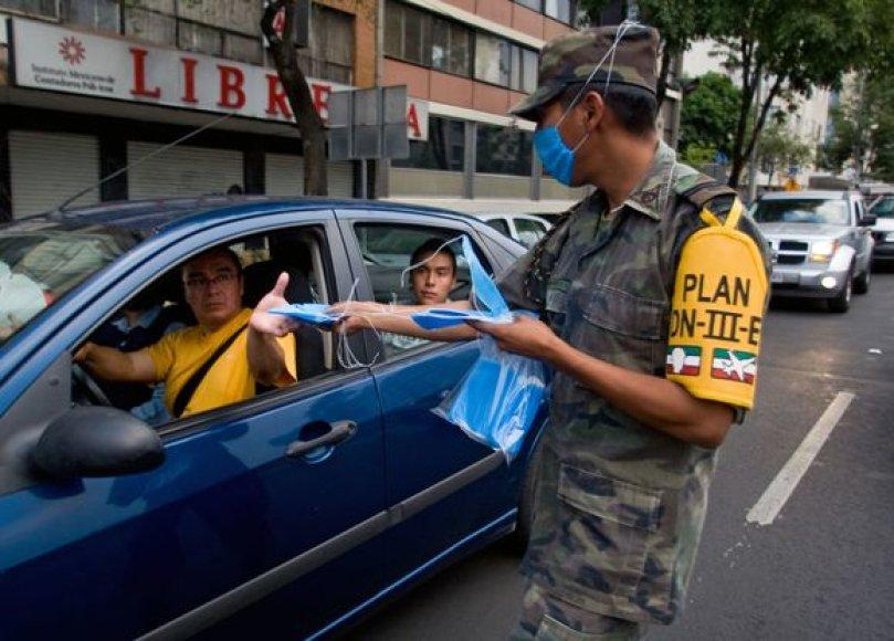 Kariškiai gatvėse dalina apsaugos priemones.