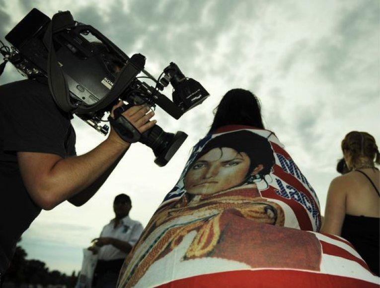 Gerbėja atsinešė vėliavą su Michealo Jacksono atvaizdu.