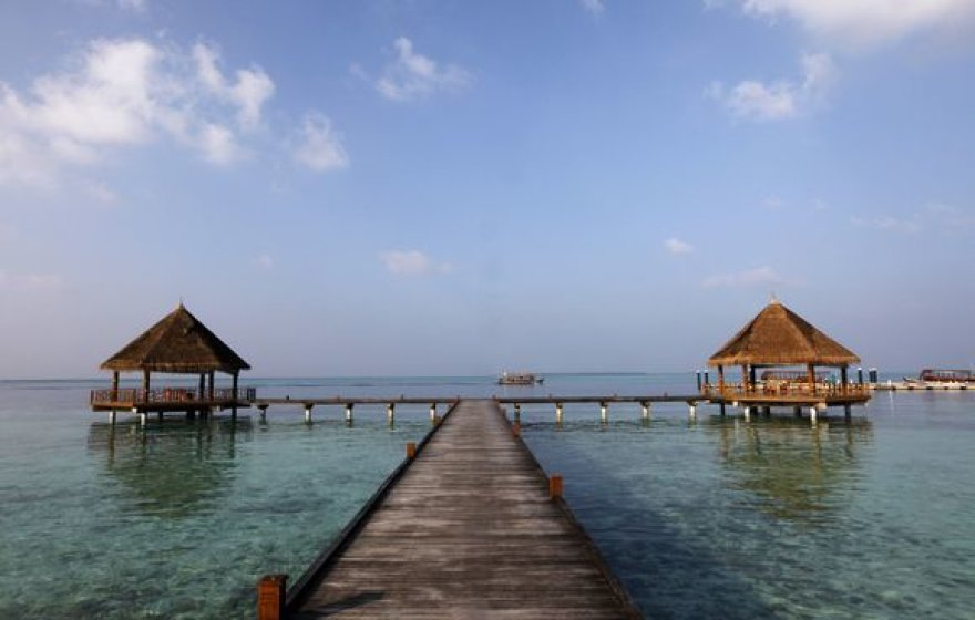 Vienam gražiausių žemės kampelių, Maldyvams gresia rimtos problemos dėl klimato kaitos.  Kylantis vandens lygis kėsinasi užlieti šį salyną.