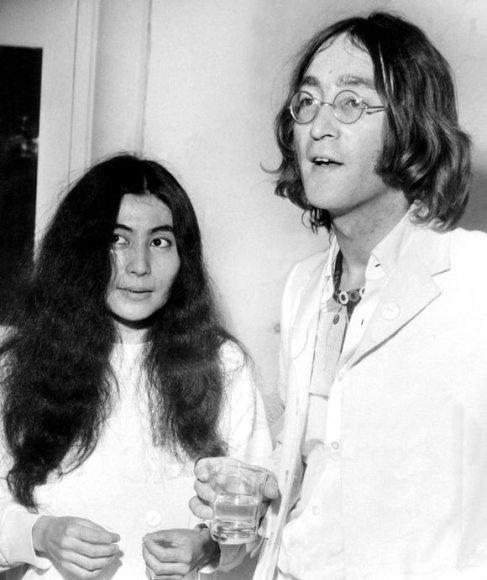 """Johnas Lennonas ir Yoko Ono """"Mayfair"""" galerijoje"""