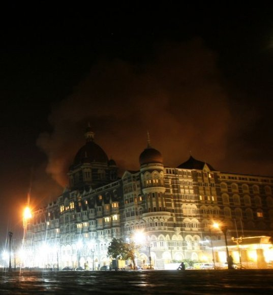 Teroristai atakavo Mumbajų