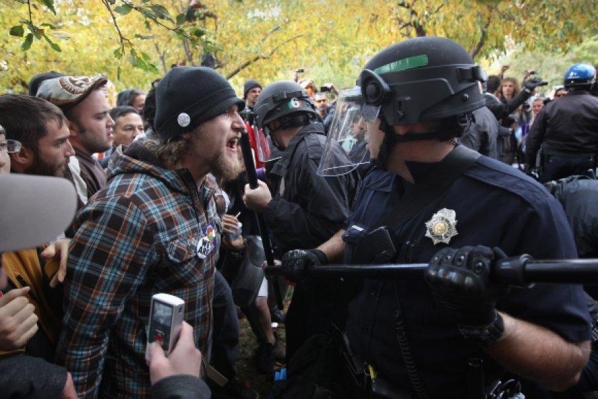 Protestuotojų ir pareigūnų susirėmimo akimirka