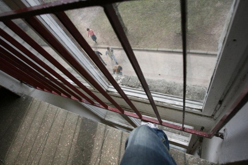 Vaikas praslydęs pro laiptinėje esančias groteles krito iš vieno aukšto į kitą.