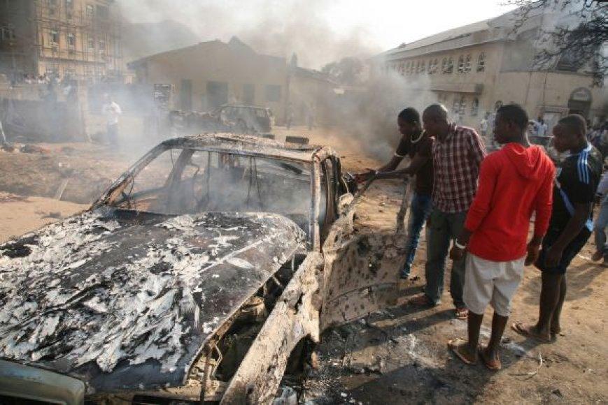 Teroristinių išpuolių banga per Kalėdas sukrėtė Nigeriją. Abudžoje bomba sprogo Šv.Teresės bažnyčioje.