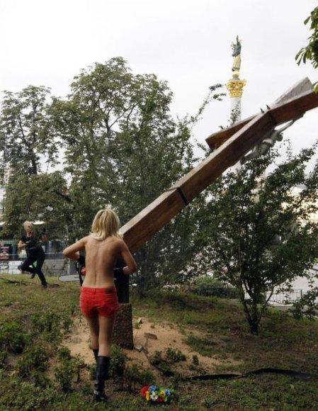 """""""Femen"""" aktyvistė nupjovė kryžių"""