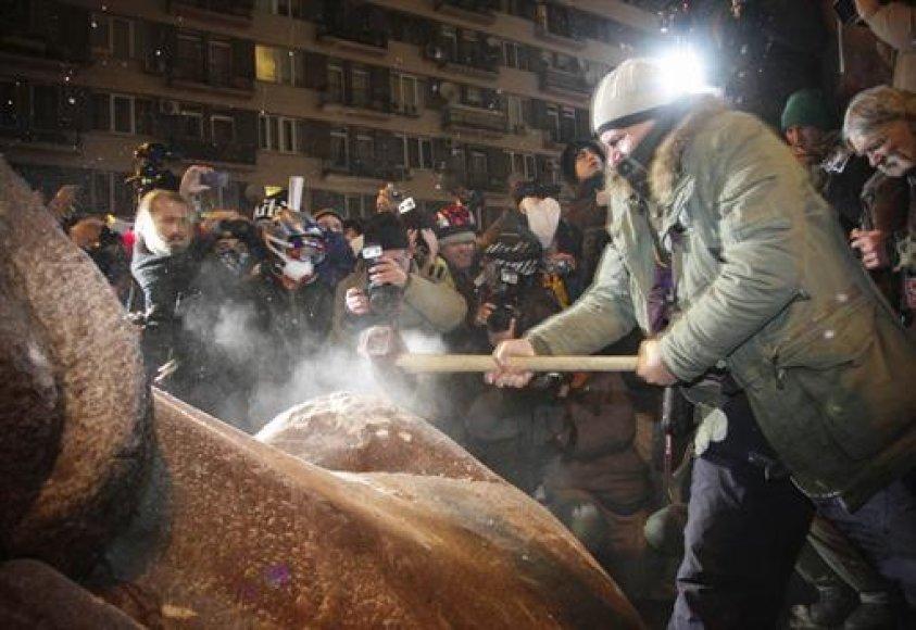 Kijeve nugriautas Lenino paminklas