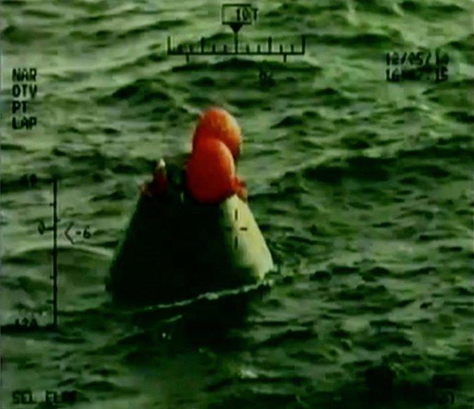 """NASA TV kadras: """"Orion"""" nusileido į vandenyną"""